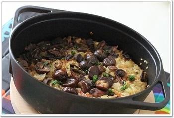 鍋の厚いダッチオーブンなら、お釜で炊いたような美味しいご飯が楽しめて、素材の味もうまく染み込みます。