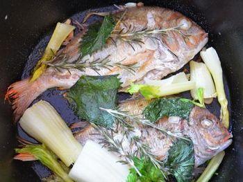 鯛などの魚を焼く時はローズマリーと一緒に。ハーブの香りが魚にしっかりついて美味しいですよ。