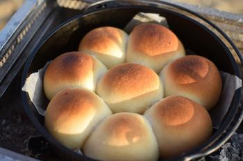 遠赤外線効果があるダッチオーブンなら、まるで石釜で焼いたかのようなふんわりパンが出来上がります。ちぎりパンなら、みんなと分け合えるのもいいですね。