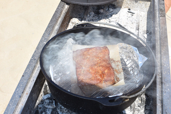 ダッチオーブンを購入したら最初に作ってみたい!そんな花形メニューのローストビーフ。こちらは燻製にしたローストビーフで、ロースト後はアルミホイルに包んで、粗熱が取れるまでねかせておくのがコツです。