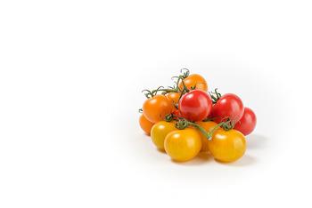 """大きなトマトでも出来ますが、一般的に""""セミドライトマト""""は、プチトマト(ミニトマト)で作ります。  """"プチトマト""""は小さなトマトの総称で、種類は豊富。一般的に大きなトマトと比較して糖度が高くも栄養価も優れています。乾燥させた時に旨味が凝縮される""""セミドライトマト""""ですから、なるべく味の濃いトマトを選びましょう。"""
