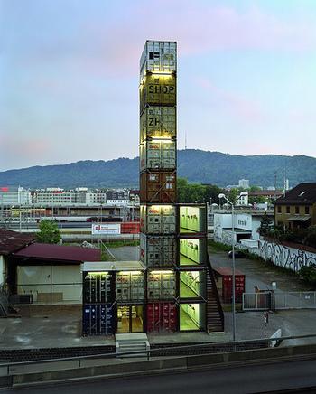 こちらはスイスのフライターグのショップ。 よく見るとひとつひとつがコンテナ! こちらもフライターグ兄弟のアイディアだそうです。  コンテナの高さは26m!バッグ等のコンセプトと同様に、廃品である17個のコンテナを使っているのが特徴的。 5階が展望台になっていてチューリッヒの街並みが一望できるそうです。