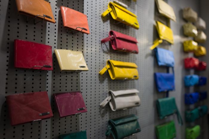 フライターグはバッグだけでなく、クラッチバックや財布・カードケースなどの小物の商品もあります。