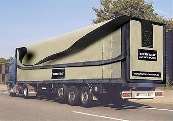 トラックの幌は5年~8年ほどで替える必要があるそうです。 その使用済みとなった幌に目をつけたフライターグ兄弟は 耐久性のあるこの素材を利用してバッグを作ります。  幌のダメージ部分や付属品などを取り除いて手作業でカッティングしていくと…