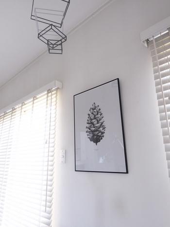 シンプルに絵やポスターを吊るして。真っ白な壁に、モノトーンのシンプルな絵が素敵。黒い細いラインの額縁も、白にアクセントをプラスしてくれます。