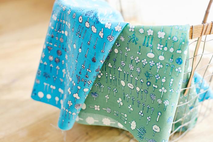 イッタラから特別に許可を得て、オイバデザインの花柄パターンを色鮮やかな布にプリント。フローラのサイズや種類によってカラーが異なるので、この包み欲しさにフローラを買う人も!?