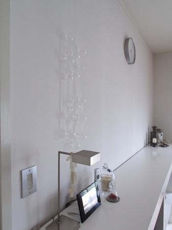 曲線がきれいなガラスのオブジェは、光の当たり方でキラキラと光り、とてもきれいです。