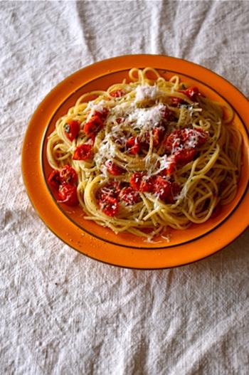 シンプルな料理の方が、セミドライトマトの旨味が活きます。  ペペロンチーノは定番料理ですが、旨味が今一つ。セミドライトマトを加えると、フォークが止まらぬ美味しさに。