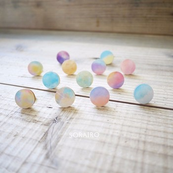 まあるいかたちに淡い色使いが夢見ごこちなかわいいイヤリング。あえてシンプルな服装に合わせたい。