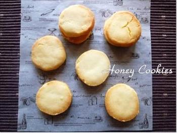 3つの材料を混ぜて焼くだけの、超シンプルな米粉クッキー。簡単なのに、サクサクのおいしさ。思い立ったらすぐに作れる気軽さがおすすめです。