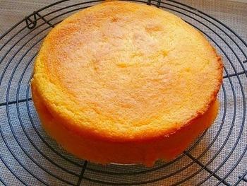 カステラのようなスポンジケーキのような素朴な焼き菓子。卵を泡立てることで、ふんわりした仕上がりになるようですね。材料は、たった4つとシンプルです。