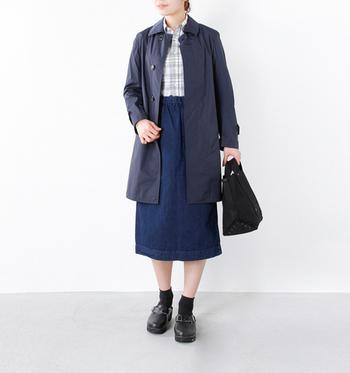 ロング丈コートに、タイトスカートをあわせた女性らしいカジュアルなスカートスタイル。インナーのシャツをボトムスインするとすっきりとした着こなしに。