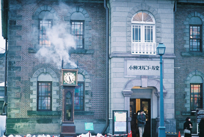 堺町通りの楽しみ方は「食べ歩き」「アート・工芸」「歴史的建物」の3つ。「ルタオ」「北菓楼」「六花亭」などのスイーツ、お寿司や海鮮、かまぼこ「かま栄」などの名物グルメや、「小樽オルゴール堂」「北一硝子」「おたるキャンドル工房」などの工芸品を扱うお店がこのエリアに集まっています。