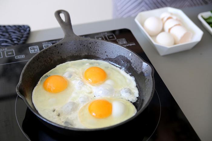 朝ごはんを作りましょう。ご飯にしようか、パンにしようか・・・悩みながら、まずはスキレットでぱりっと目玉焼きを!