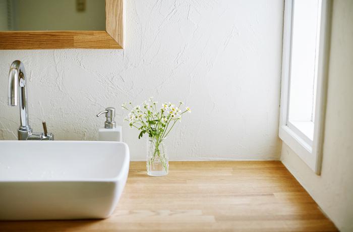 洗面台や玄関など、お客様の目に触れるところにも。お花ではなくグリーンを飾っても素敵です。小窓から入る日の光が、フローラを優しく照らします。 (サイズ:23cl)