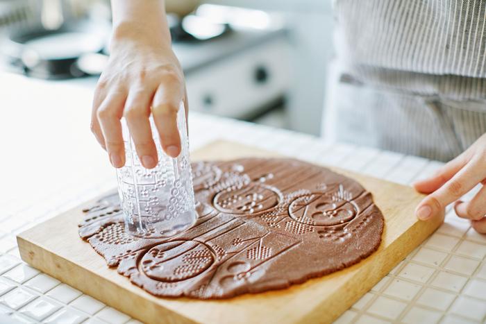 模様がついたら、次は型抜き。選ぶ場所によって柄が変わるので、個性豊かなクッキーが出来上がります。タンブラーをそのまま使って型抜きすれば、洗い物も減って◎ ※柄は36cl、型抜きは23clを使用