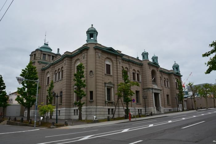 運河エリアから小樽駅に向かう途中にあるのが、1912(明治45)年に完成した旧日本銀行小樽支店。現在は金融資料館として内部が公開されています。内部には大理石のカウンターや10メートルもの吹き抜け空間、アイヌの守り神であるフクロウのモチーフである彫刻など見どころがいっぱい。無料で見学できるので、ぜひ立ち寄ってみてくださいね。