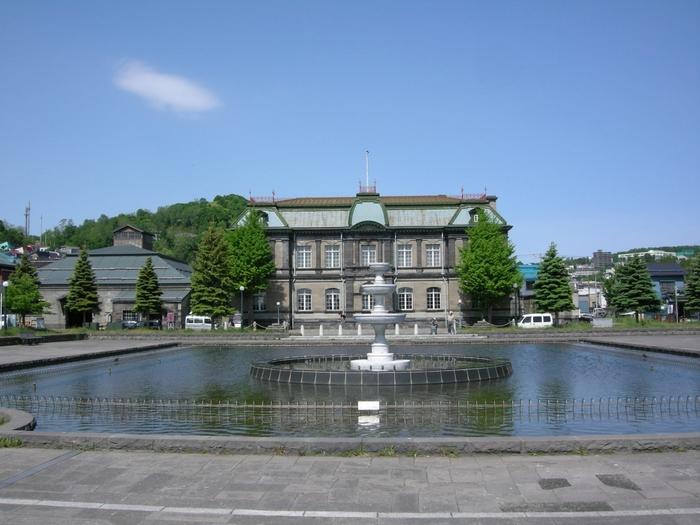 明治39年に落成した、旧日本郵船小樽支店。小樽が最も栄えていた時代に建てられ、一流の建築家の技術・そして一流の資材が惜しげもなく盛り込まれています。建物の向かい側は「運河公園」として整備されていて、建物と美しく調和しています。