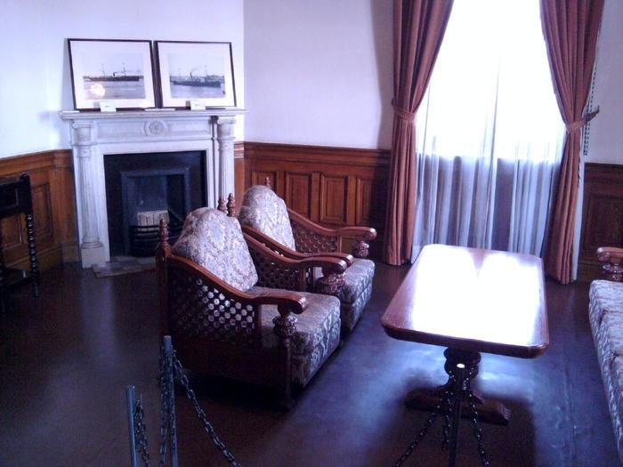 1階には機能的で美しい執務室や応接間、2階にはきらびやかな貴賓室や大広間。貴賓室・大広間の壁に使われているのは、革製品をヒントに和紙で製造した、豪奢な「金唐革紙」。その他、家具やシャンデリア、大理石の暖炉などには舶来のものをふんだんに使用し、贅を尽くした趣向が伝わってきます。随時案内つきの見学も行っているので、タイミングが合えば貴重なお話を聞けますよ。