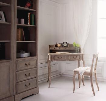 シャビーシックなデスクとチェア、そしてキャビネットが落ち着いた雰囲気の素敵なお部屋です。甘くなりすぎないカントリー調の空間を演出してくれます。