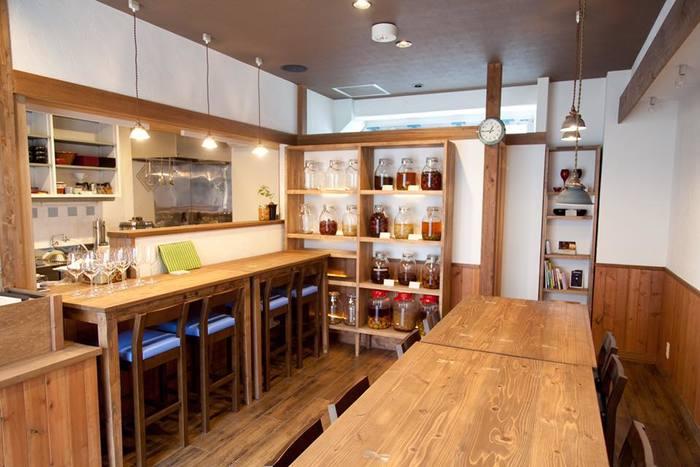 「発酵食堂カモシカ」は、京都・嵯峨嵐山にある「発酵食専門」のカフェ&レストランです。 店内には発酵中の食材のビンがずらりと並び、発酵過程にある食品をながめながらお食事が楽しめます。