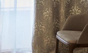 ダマスク柄の色褪せた風合いがシックなカーテン。カーテンをフレンチカントリー調のものに変えるだけでも雰囲気が変わります。