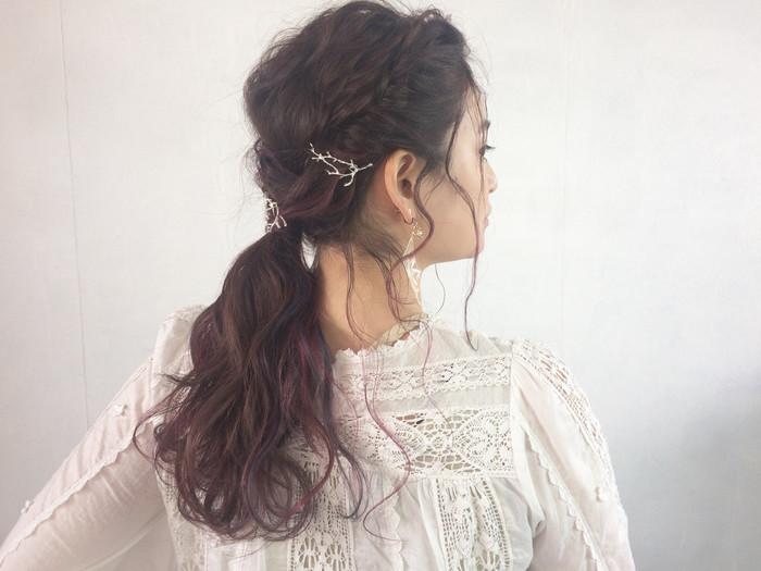 定番ポニーテールも、ふんわり巻き髪にしてから結ぶと全体に動きが出てこなれ感が出ます。 両サイドの毛を残して一つに結んだあと、サイドの髪はねじりながら結んだゴムを隠すようにピンで止めれば、 ヘアアクセなしでもオシャレな印象になります。
