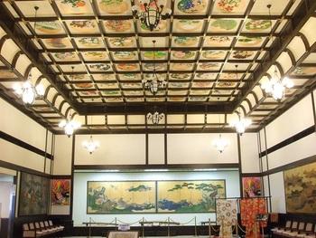 旧青山別邸に隣接する小樽貴賓館。1階ホールには、北海道ゆかりの日本画家による豪華な天井画が訪れる人を迎えます。四季おりおりの庭園を眺めながら優雅に食事を楽しむこともできます。