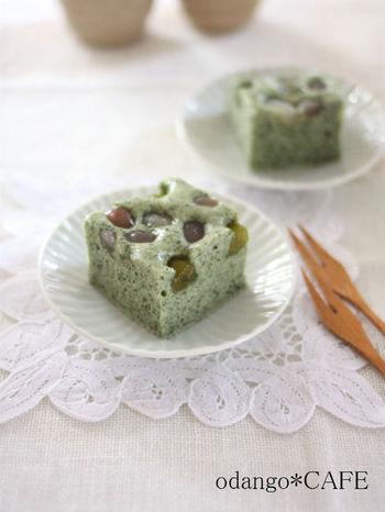 手軽な乾燥よもぎを使って、春の香り豊かな和テイストの蒸しケーキに。甘納豆を散らして、ほっこり優しいお菓子ができあがります♪