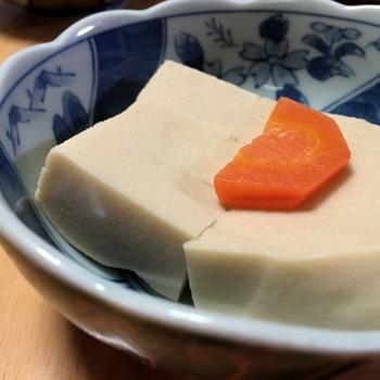 遠~い昔、高野山の山寺で精進料理として食べていた豆腐が、冬の厳しい寒さで凍ってしまいました。  捨ててしまうのは勿体ないので、それを溶かして食べたところ、食感がおもしろく美味しいということで食べられるようになりました。それが高野豆腐の誕生です。
