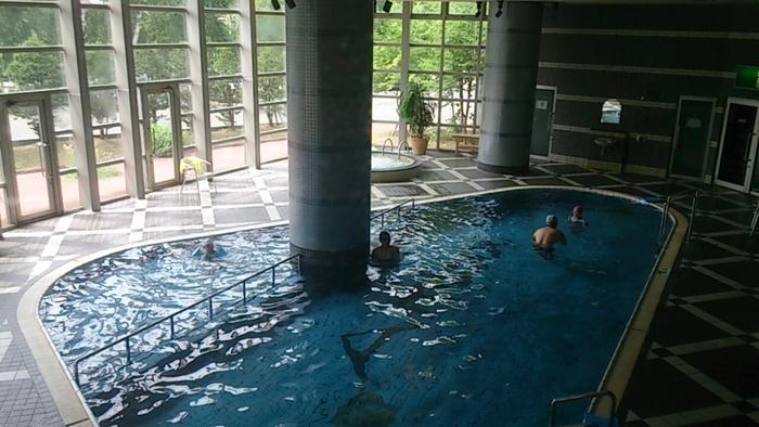 朝里ダムを超えればすぐに朝里川温泉。お泊りの方はチェックインを、市内に向かう方は、その前に日帰り温泉で一息ついてはいかが?たとえば、小樽朝里クラッセホテルには大きな温泉プールがあって、親子で遊べます。ビジター用の水着レンタルもありますよ。