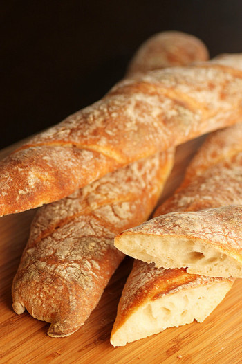 フランスパンとも呼ばれるbaguette(バゲット)はフランス語で「棒」など細長いものを意味する言葉です。18世紀頃まで、フランスでもパンは黒パン、丸くて大きいものが標準でした。そして細長いバゲットは最初はごく一部のエリート層のみが食べるパンでしたが、フランス革命後から庶民にも広く食されるようになったそうです。