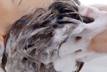 シャンプーは手にとったら、手のひらで泡立ててから頭皮になじませましょう。 空気を含むように、やさしく頭皮をマッサージするようにシャンプーをします。