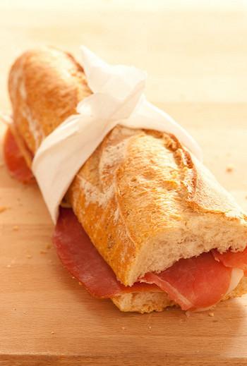 素材が美味しければシンプルなのが一番です。カリッと焼き上がったバゲットにバターを塗って、お肉に近いようなハムをたっぷり挟んだサンドイッチは本当に美味しいです。生ハムサンドイッチもとっても人気です。