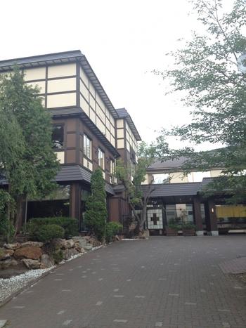 火災で一時営業を休止していた朝里川温泉の宏楽園ですが、2016年4月、待望の営業再開となりました。約8千坪の広大な和風庭園はそのままに、全35室のうち28室が客室露天風呂つきになって再建。より過ごしやすく、滞在を楽しめる宿となりました。 ※画像はリニューアル前のもの