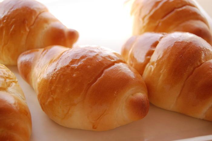 手軽に食べられるバターロールは、そのまま食べてもアレンジしても美味しいシンプルなパン。スーパーやパン屋さんで売っている市販のロールパンのアレンジ以外にも、休日はゆっくり手作りのロールパンで楽しみませんか?今回は、基本のロールパンの作り方と、「朝・昼・晩」具材で楽しむアレンジレシピをご紹介します。