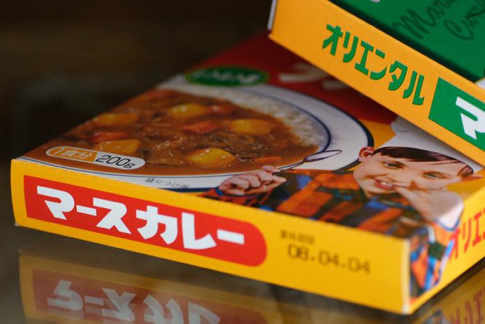 給食カレーを再現するときの味方が「オリエンタルマースカレー」。パッケージから、懐かしい雰囲気が漂ってきます。