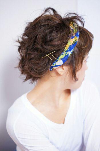 ヘアターバンを巻いて毛先をねじってアップにしただけのスタイル。 パーマや髪全体にクセをつけておくとやりやすいですよ。 ショートの方にはとくにオススメ☆