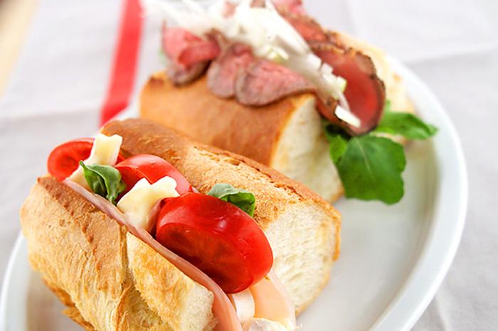 カマンベールチーズとローストビーフを挟んだサンドイッチはボリュームも満点。赤ワインと一緒にゆっくりと頂きたくなる贅沢なサンドイッチです!