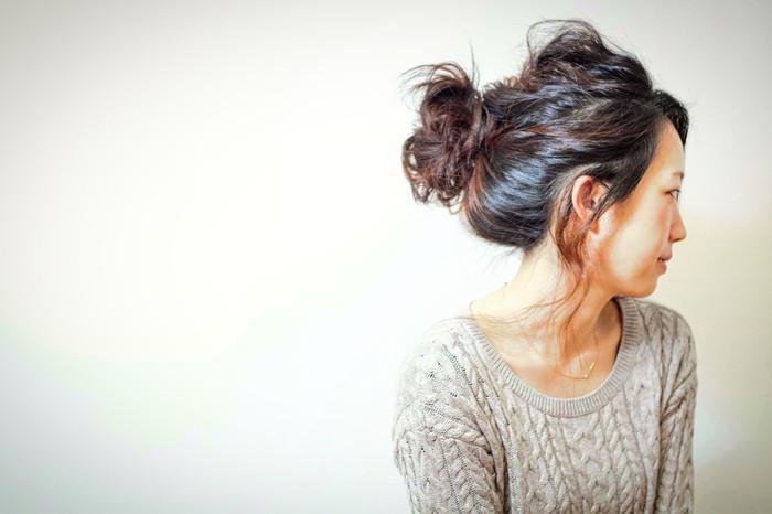 前もポンパドールですっきりさせたスタイル。 後ろの髪はざっくりまとめて簡単なお団子にして少しずつ崩してバランスをとるだけ。 ルーズ感もあるおしゃれなスッキリまとめ髪ですね♪