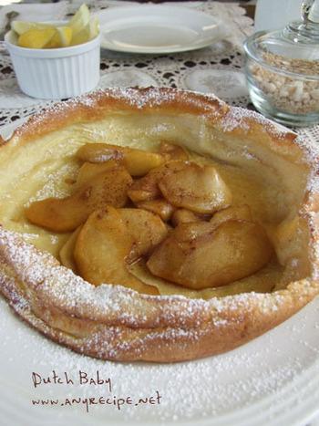 アップルパイのように煮たリンゴを乗せるとみんな大好きな幸せの味。こちらの生地は、オリジナルパンケーキハウスの作り方だとか。