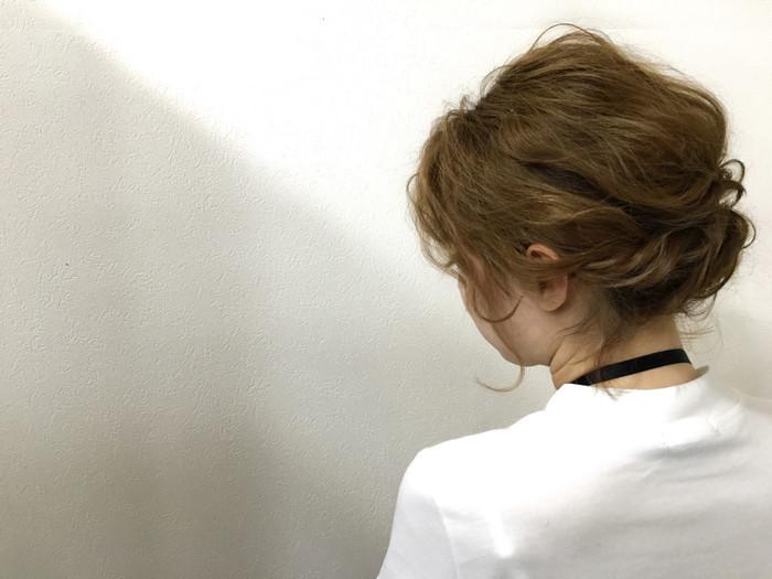 髪全体をウェーブ巻きにして襟足をねじってピンで留めただけ。 髪の量が多い方は何個かに分けてゴムで結んでねじり上げてもOK♪ トップの髪は少し引き出してあげるとヌケ感が出ておしゃれに。