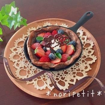 ピュアココアを生地に混ぜて、チョコレート風味のダッチベイビーに。甘酸っぱいベリー類とよく合います。色のコンビネーションもきれいですね。