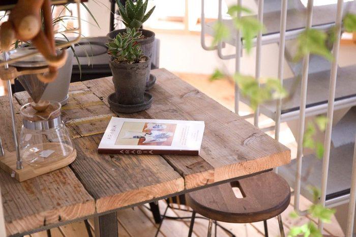 古材の雰囲気のよいカフェテーブルと丸みのあるヴィンテージ調のスツールです。カントリー調の家具にはグリーンがよく似合いますね。