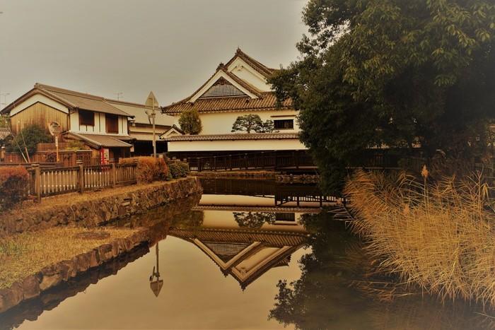 鎌倉時代から戦国時代にかけて、今井町は濠に囲まれた環濠集落でした。今でも、かつて街を囲んでいた濠の一部が現存しています。