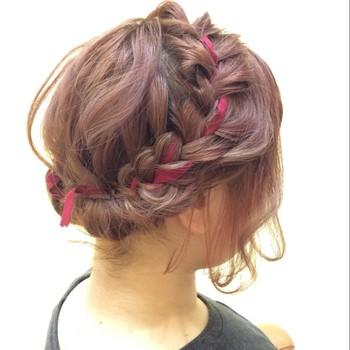 後ろの髪を2つに分けてリボンも一緒に編み込んだアップスタイル♪ 細めのリボンを使うと大人っぽく仕上がりますよ。