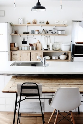 アンティーク調のナチュラルな雑貨が素敵です。ランプシェードやアンティークな趣のある家具、そしてお部屋全体のシャビーな雰囲気が、とてもおしゃれですね。
