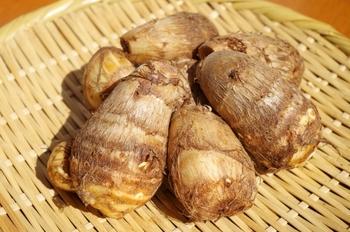 里芋を触っているとかゆみを感じることがありますが、その理由は「シュウ酸カルシウム」という成分が皮膚に付くことで起こっているんです。 けれど対策方法もちゃんとあって、皮がついたままの里芋を塩水や酢水で漬けておくことでかゆみの原因の「シュウ酸カルシウム」が離れていくので試してみて下さいね。