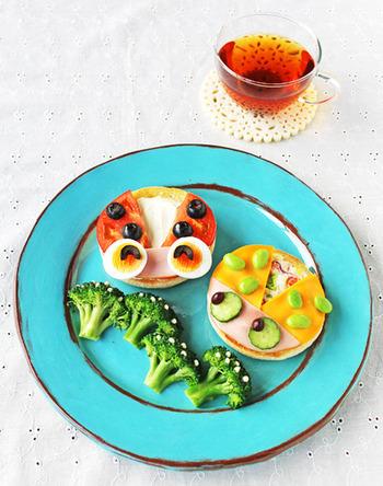 """市販のマフィンの上にトマトやチーズなどを乗せて作った""""てんとう虫""""。カラフルなカラーリングで、楽しみながら食べてくれそうですね。朝ごはんやランチにもオススメ!"""