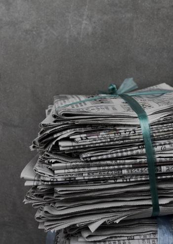 さらに里芋を保存するのにオススメなのが新聞紙に包んで保存する方法です。  理由としては、里芋が温かい場所で育ちやすい野菜なので湿度があると長持ちするからです。 なので、泥が付いていた方が長く保存出来ます。さらにオシャレに保存するのには、英字新聞を使うとインテリアにもなって素敵ですね♪